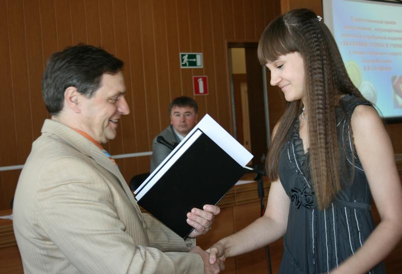 Золотую медалистку А. Новикову поздравляет В. Гришин