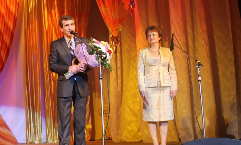 В.Румянцев и О.Пищаева поздравляют педагогическое сообщество Лесного