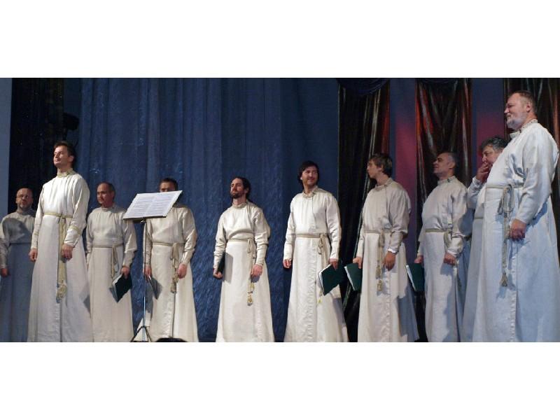 На сцене - хор Свято-Даниловского монастыря