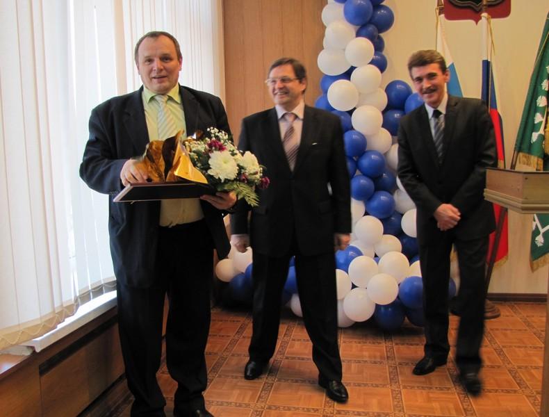 Евгения Мирошкина поздравляют глава округа Виктор Гришин и глава администрации Василий Румянцев.