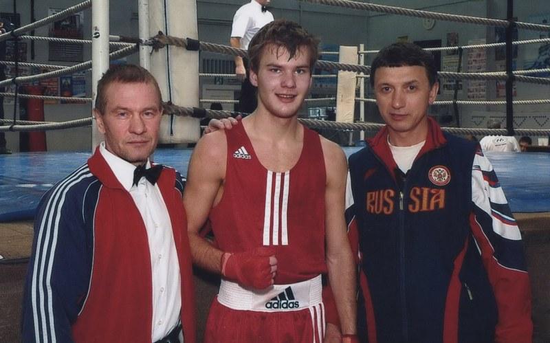 В центре Павел Деревянко, слева тренер Петр Морилов.