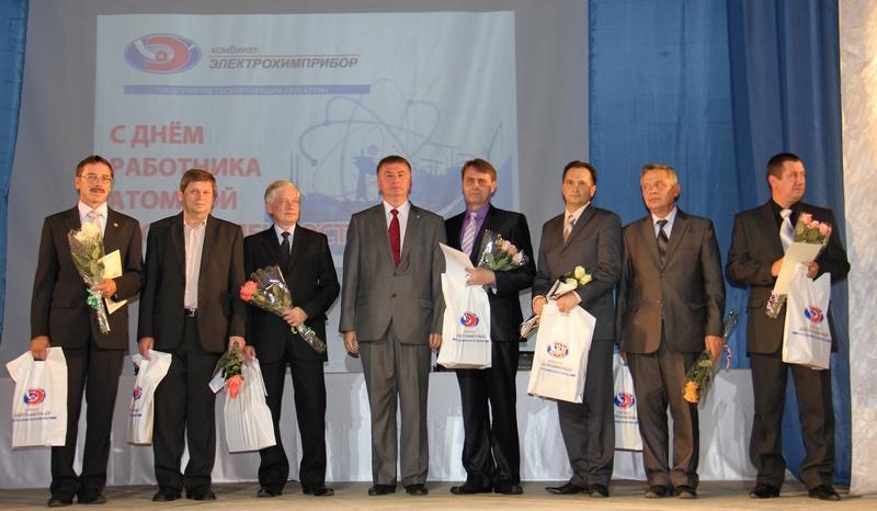 А.Новиков и награжденные работники комбината
