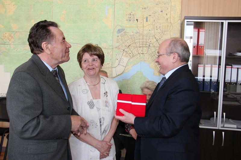 Ю.Иванов вручает награду семье Бердюгиных