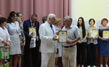 В.Кузнецов (справа) в момент награждения.
