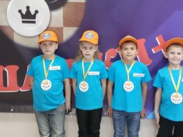 Команда юных шашистов из Лесного: Роман Люшненко, Ксения Кузьмина, Станислав Лобанов, Иван Важенин.