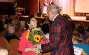 Владимир Улыбушев поздравляет ветерана педагогического труда Светлану Угрюмову.